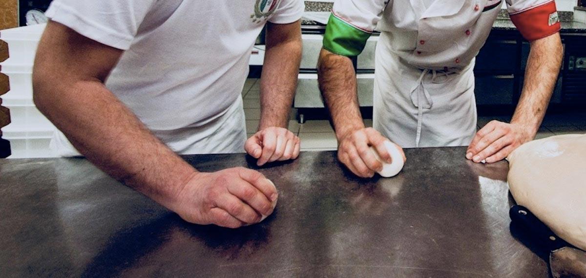 Corso da Pizzaiolo Internazionale - Federazione Italiana Pizzaioli Con Qualifica Internazionale- Lezione del Corso da Pizzaiolo con Qualifica- Istitutore Insegna al Corsista come le Palline per la Lievitazione della Pizza