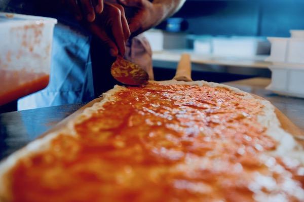 Diventare Pizzaiolo in seguito al corso pizzaiolo professionale-Istruttore che aiuta Corsista Pizza al Taglio
